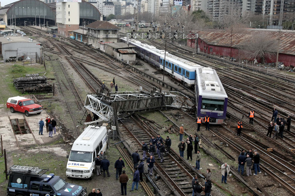After the tragic accident in February, in August the train that I take everyday to work went off the rails. Picture taken by Rodrigo Viera. This picture was shown in all the media.
